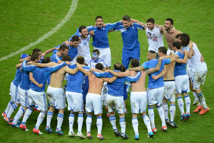 """La """"danse de la joie"""" des Grecs après leur victoire contre la Russie, le 16 juin 2012. (DIMITAR DILKOFF / AFP)"""