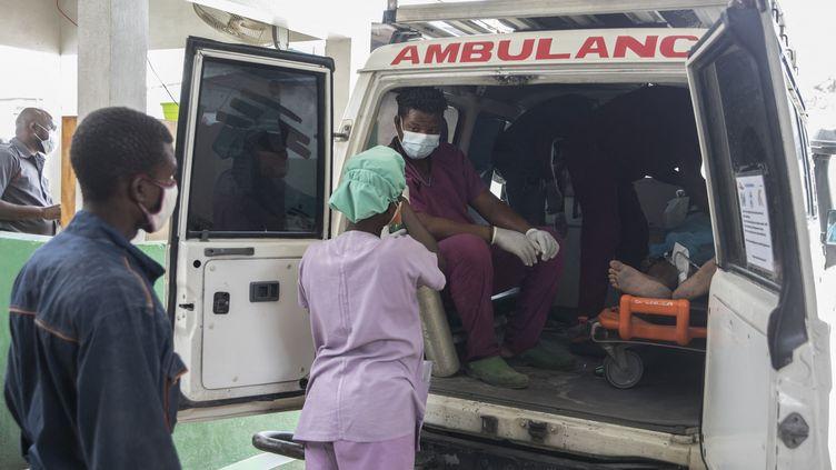 Un patient est transféré dans une ambulance àMartissant (Haïti), le 31 mai 2021. (VALERIE BAERISWYL / AFP)