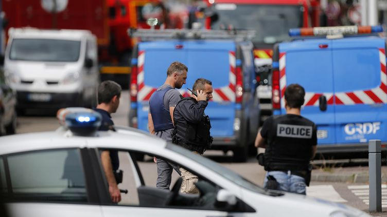 (Un prêtre a été tué et un paroissien grièvement blessé lors d'une prise d'otages dans une église près de Rouen © Charly Triballeau / AFP)