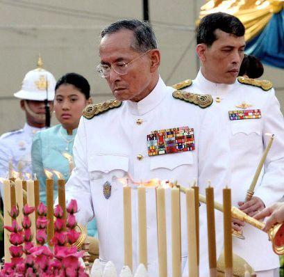 Au premier plan, le roi Rama IX, considéré comme un demi-dieu en Thaïlande. Au second plan son fils, Maha Vajiralongkorn, le 6 avril 2006 à Bangkok. (STR / AFP)