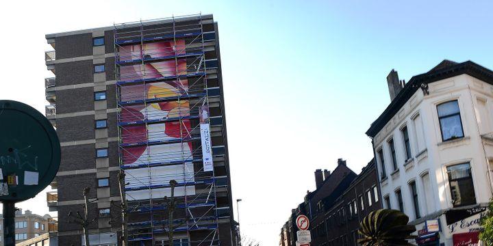 Le plasticien français Guillaume Bottazzi brosse depuis un mois une peinture géante à Bruxelles, novembre 2016  (EMMANUEL DUNAND / AFP)