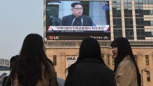 Des habitants de Séoul, en Corée du Sud, suivent le sommet entreMoon Jae-in et Kim Jong-un, vendredi 27 avril. (JUNG YEON-JE / AFP)