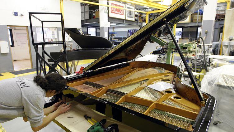 Un piano en cours de fabrication à la manufacture Pleyel de Saint-Denis (Seine-Saint-Denis), le 3 décembre 2010. (FRANCOIS GUILLOT / AFP)
