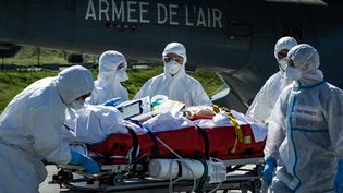 Des médecins militaires assurent l'évacuation d'une personne atteinte par le Covid-19 depuis l'Ile-de-France vers Clermont-Ferrand (Puy-de-Dôme), le 4 avril 2020. (NICOLAS LIPONNE / HANS LUCAS / AFP)