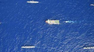 """Le navire turc de recherche sismique """"Oruç Reis"""", escorté par des bateaux militaires turcs en mer Méditerranée, le 12 août 2020. (TURKISH DEFENCE MINISTRY / AFP)"""