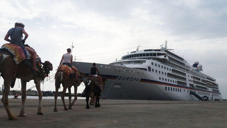 Des touristes participent à une excursion au port de la Goulette, le jeudi 6 octobre à Tunis en Tunisie. (JUSTINE FONTAINE)