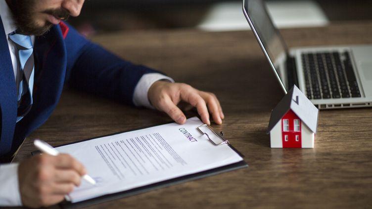 Attention avant de signer un mandat pour la vente d'un bien dans une agence immobilière. Il existe deux types de mandats qui ne vous engagent pas de la même manière. (RIDVAN_CELIK / E+ / GETTY IMAGES)