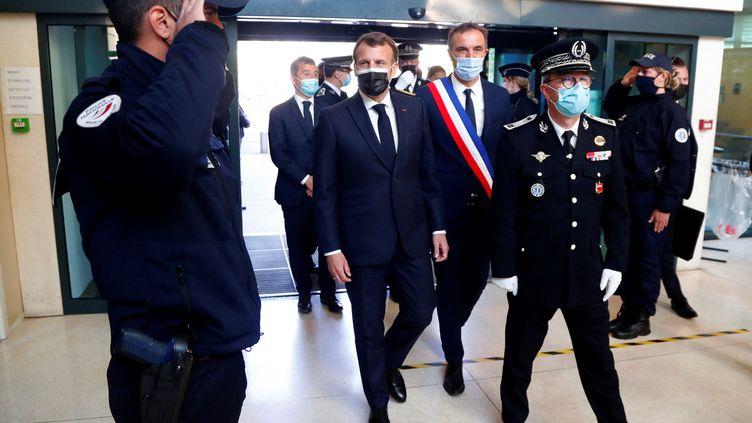 Le président de la République Emmanuel Macron en déplacement dans un commissariat de Montpellier (Hérault), le 19 avril 2021. (GUILLAUME HORCAJUELO / AFP)