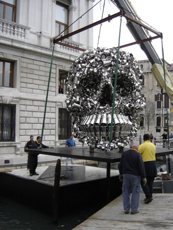 "L'installation de l'oeuvre ""Very Hungry God"" de Subodh Gupta au Palazzo Grassi de Venise.  (CHD Art production )"