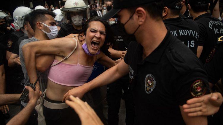 Des manifestants interpellés par la police lors de la Marche des fiertés à Istanbul (Turquie), le 26 juin 2021. (BULENT KILIC / AFP)