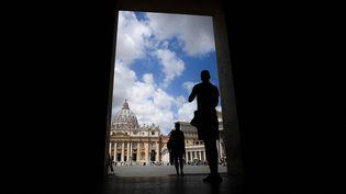 Des personnes se tiennent près de la place Saint-Pierre au Vatican, le 14 juillet 2021. Photo d'illustration. (FILIPPO MONTEFORTE / AFP)