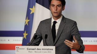 Le porte-parole du gouvernement, Gabriel Attal, s'exprime à l'issue du conseil de défense saintaire et du conseil des ministres, mercredi 2 juin 2021. (THOMAS SAMSON / AFP)