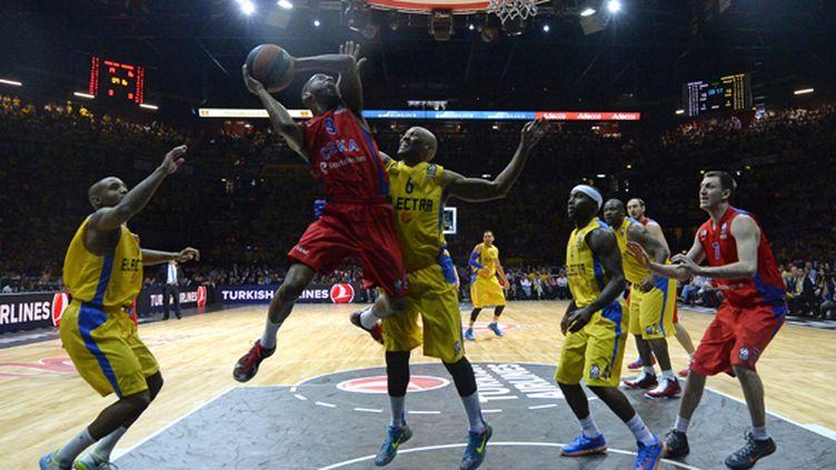 Jeremy Pargo (CSKA Moscou) sous le panier du Maccabi Tel-Aviv (OLIVIER MORIN / AFP)