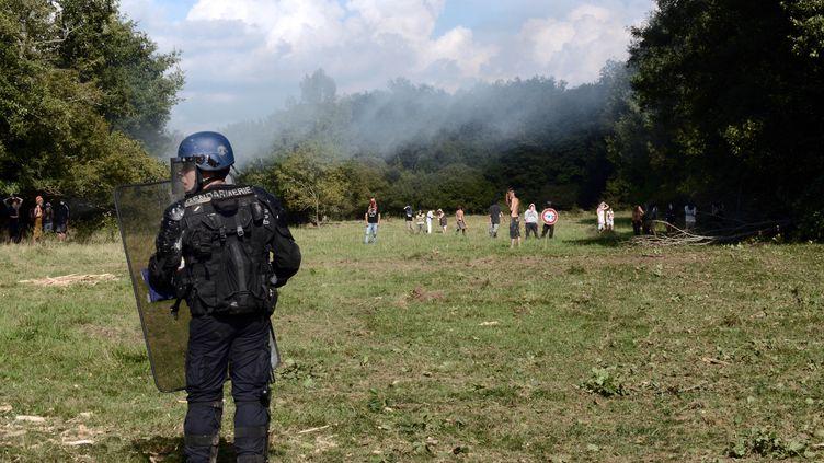 Un gendarme intervient sur le site de Sivens (Tarn), le 9 septembre 2014. (REMY GABALDA / AFP)