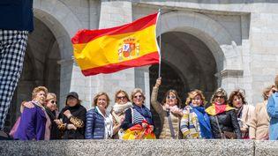 """Un groupe de touristes espagnoles devant le """"Valle de los Caídos"""", mercredi 5 juin 2019. (JULIETTE CAMPION / FRANCEINFO)"""