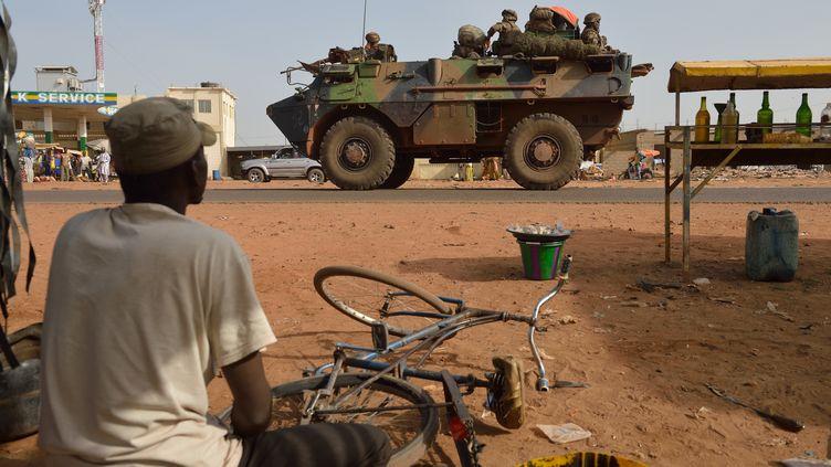 Un convoi français sur la route deDiabali, une ville située à 400 kilomètres au nord de Bamako, le 24 janvier. (ERIC FEFERBERG / AFP)
