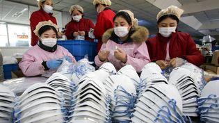 Dans une usine de fabrication de masques de protection à Handan, dans le nord-est de la Chine, le 22 janvier 2020. (AFP)