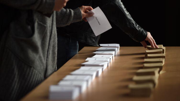 Un bureau de vote à Strasbourg (Bas-Rhin), le 23 avril 2017. (Photo d'illustration) (FREDERICK FLORIN / AFP)