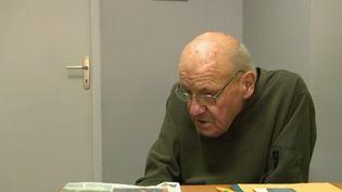 À 84 ans, Guy Château ne veut pas de partir à la retraite. Il vient de rouvrir sa boutique de fleurs et de semences dans la Manche. (FRANCE 2)