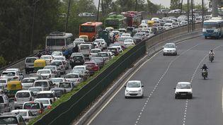 Un embouteillage sur la route de New Delhi à Gurgaon, le 3 mai 2016. Illustration. (MONEY SHARMA / AFP)