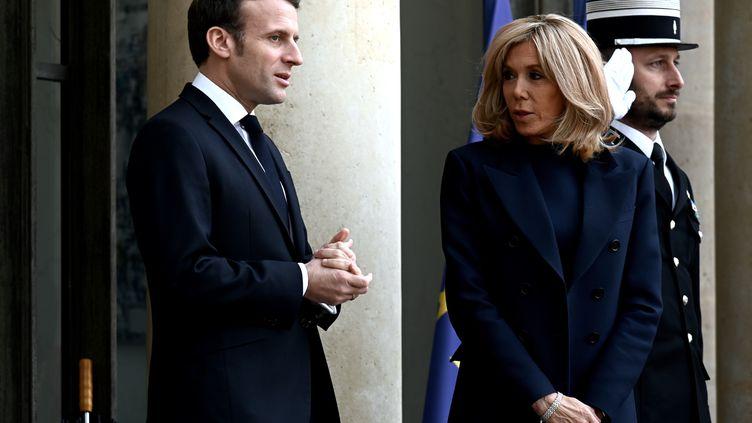Emmanuel et Brigitte Macron sur le perron de l'Elysée, le 10 janvier 2020 à Paris. (PHILIPPE LOPEZ / AFP)