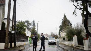 Des policiers bloquent l'accès à la rue où vivait la famille Troadec à Orvault (Loire-Atlantique), le 1er mars 2017. (JEAN-SEBASTIEN EVRARD / AFP)