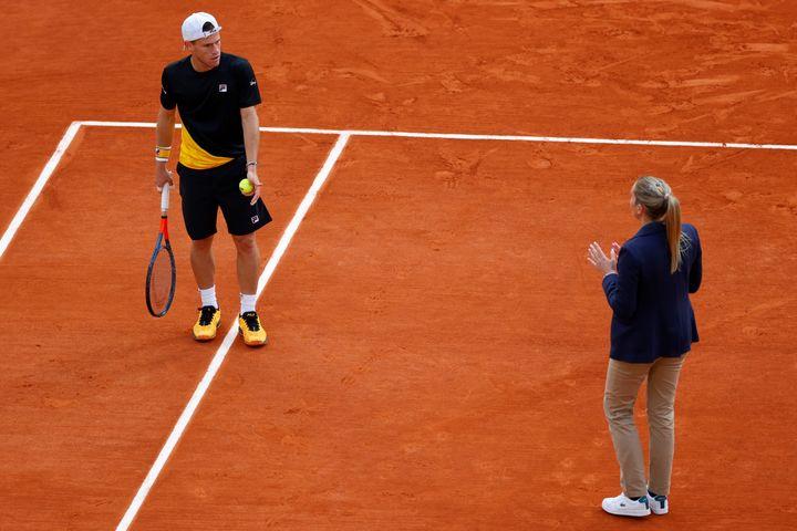 Diego Schwartzman discute d'un point avec la juge arbitre Aurélie Tourte, lors de sa demi-finale face à Rafael Nadal à Roland-Garros (THOMAS SAMSON / AFP)