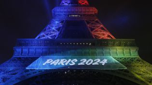 La tour Eiffel aux couleurs des JO 2024, le 31 juillet 2017. (PATRICK KOVARIK / AFP)
