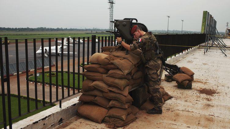 Un soldat français de la Misca, en poste sur le toit de l'aéroport de Bangui (Centrafrique), le 23 novembre 2013. (JOE PENNEY / REUTERS)