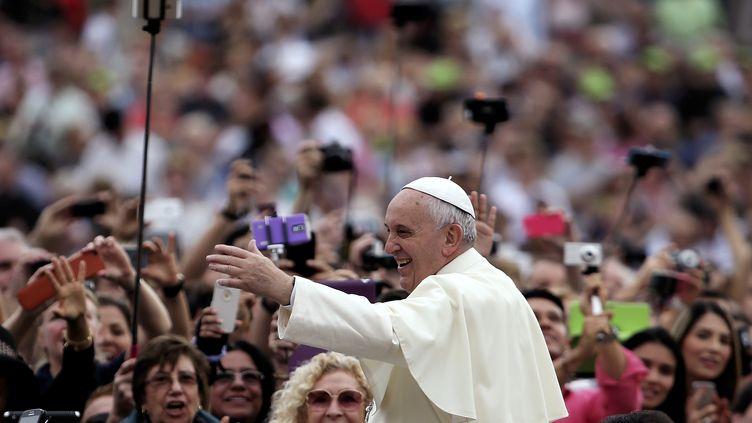 Le pape François sur la place Saint-Pierre, au Vatican, le 15 octobre 2014. (ALESSANDRO BIANCHI / REUTERS)