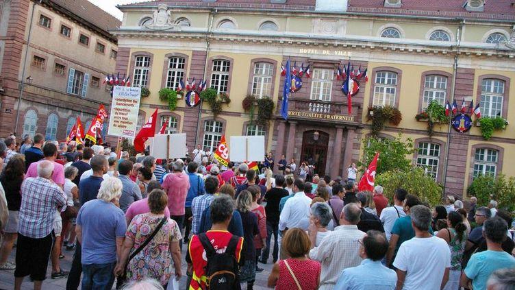 Près de 400 personnes réunies devant la mairie de Belfort pour soutenir les salariés d'Alstom, le 12 sept 2016 (Radio France - Hugo Flotat-Talon)