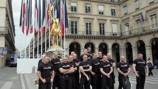 Des militants des Jeunesses nationalistes révolutionnaires, le 8 mai 2011 à Paris. (JACQUES DEMARTHON / AFP)