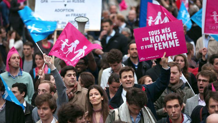 Des militants de la Manif pour tous défilent dans les rues de Paris, le 16 avril 2013. (THOMAS SAMSON / AFP)