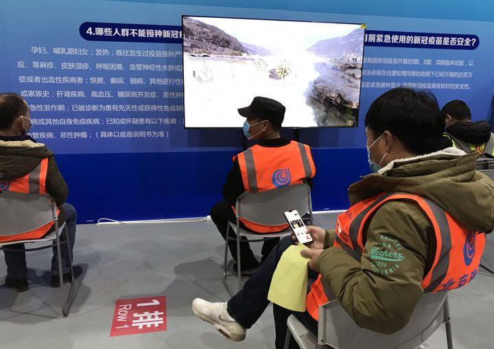 Les patients vaccinés contre la Covid-19 en salle d'observation, dans un musée transformé en centre médical, dans le district de Chaoyang à Pékin, le plus peuplé de la capitale. (DOMINIQUE ANDRÉ / RADIOFRANCE)