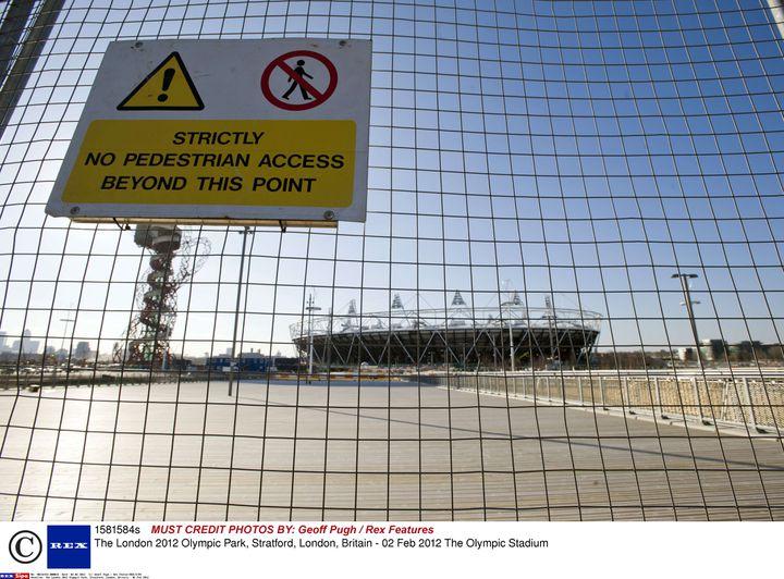 Le Stade Olympique de Londres derrière un grillage interdisant l'accès aux piétons, le 2 février 2012. (GEOFF PUGH / REX FEATUR/REX/SIPA / REX)