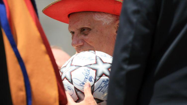 Le pape Benoît XVI tient un ballon de foot dédicacé, le 13 juin 2007 au Vatican. (FRANCO ORIGLIA / GETTY IMAGES)