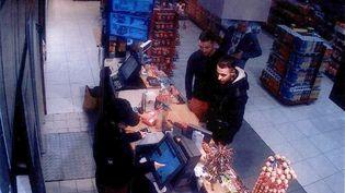 Mohamed Abrini et Salah Abdeslam (à droite) sur une image de vidéosurveillance d'une station-service àRessons-sur-Matz (Oise), le 11 novembre 2015, deux jours avant les attentats de Paris. (AFP)