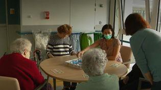 Covid-19 : les EHPAD appliquent des règles strictes pour protéger leurs résidents (FRANCEINFO)