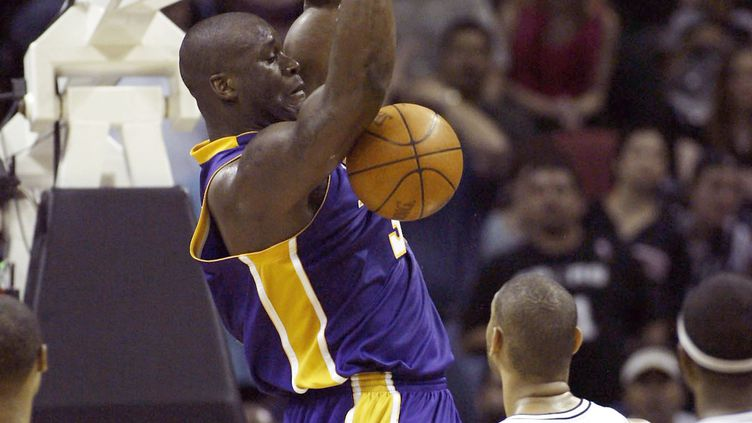 Shaquille O'Neal avec les Lakers en 2004.  (STEPHEN DUNN / GETTY IMAGES NORTH AMERICA)