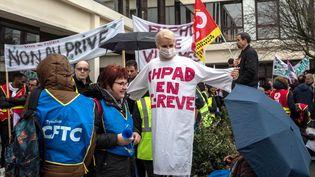 Manifestation des salariés des Ehpad privés et publics devant l'antenne du Val d'Oise de l'agence régionale de santé d'Ile-de-France, le 30 janvier 2018. (MAXPPP)
