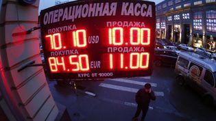 Un bureau de change à Moscou (Russie), mardi 16 décembre au matin. ( MAXIM ZMEYEV / REUTERS / X90168)