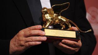 Le Lion d'or, trophée de la Mostra de Venise. (TIZIANA FABI / AFP)