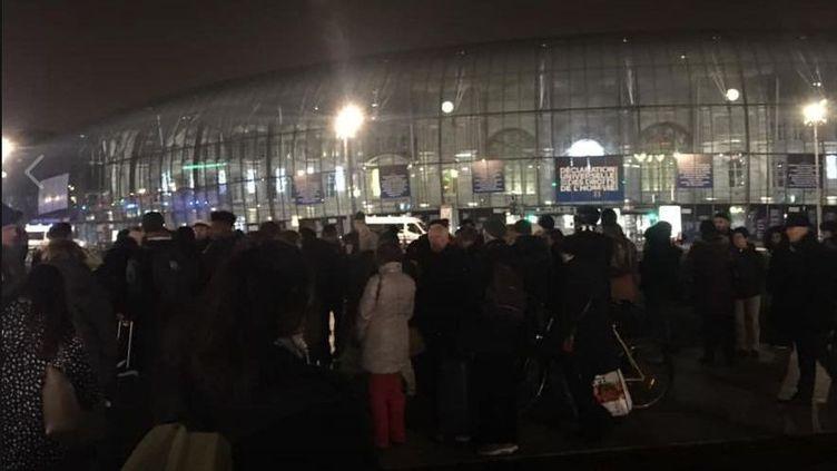 Des voyageurs patientent à l'extérieurde la gare de Strasbourg, le 27 décembre 2018. (PAUL MEYER / FRANCE 3)