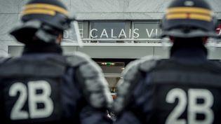 Des policiers devant la gare de Calais (Pas-de-Calais), le 20 février 2016. (PHILIPPE HUGUEN / AFP)