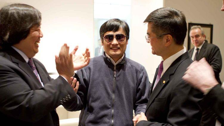 L'avocat chiois aveugle Chen Guangcheng (au centre) serre la main de l'ambassadeur des Etats-Unis en Chine, à Pékin, le 26 avril 2012. (US EMBASSY BEIJING PRESS OFFICE / AFP)