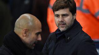 A l'époque entraîneur de Tottenham, Mauricio Pochettino (à droite) regarde en direction de Pep Guardiola, coach de Manchester City, le 16 décembre 2017. (PAUL ELLIS / AFP)