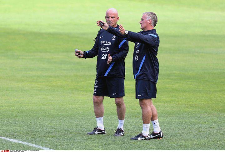 Le sélectionneur des Bleus Didier Deschamps (à droite) et son adjoint Guy Stephan avant le match de l'équipe de France contre l'Uruguay, le 14 août 2012. (DAVID VINCENT / SIPA)