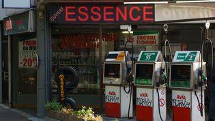 Une station essence, dans le 14e arrondissement de Paris, le 15 mai 2020. (GILLES TARGAT / AFP)