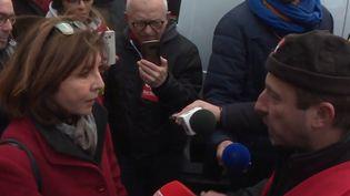 À Toulouse (Haute-Garonne), 70 personnes sont venues interpeller Corinne Vignon,députée La République en marche, sur la réforme des retraites voulue par le gouvernement, lundi 16 décembre. (france 3)