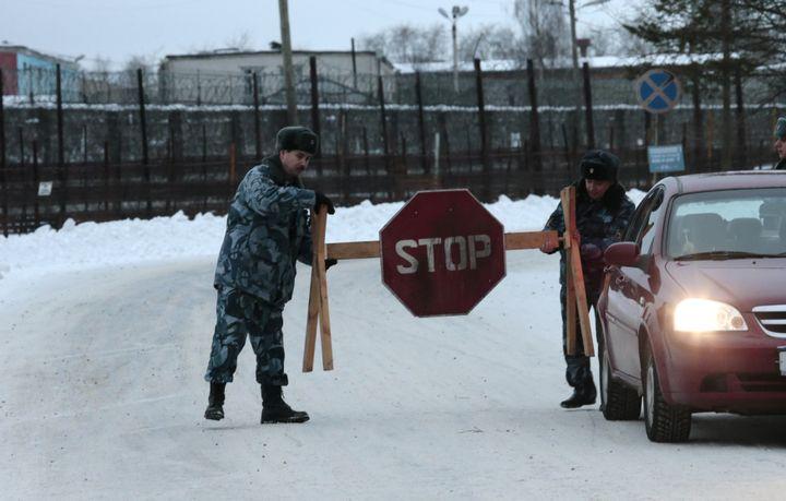 Des policiers russes bloquent la route menant àla colonie pénitentiaire n°7, à Segueja(Russie), où Mikhaïl Khodorkovski était détenu, le 20 décembre 2013. ( TATYANA MAKEYEVA / REUTERS)